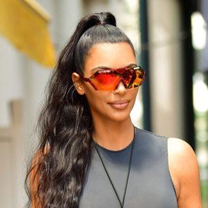 Φωτογραφία Kim Kardashian με αθλητικά γυαλιά ηλίου